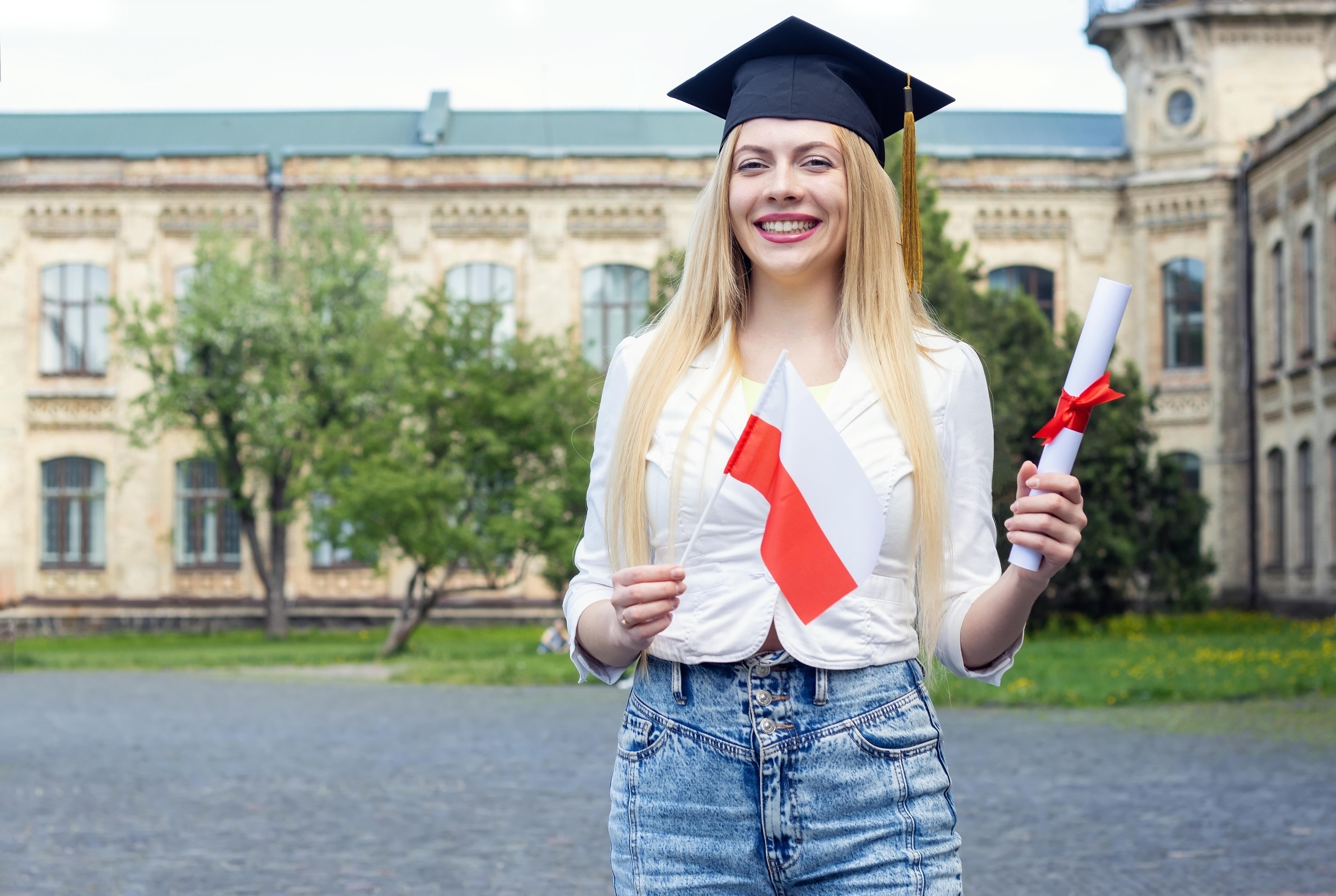 Девушка с флагом Польши, где иностранцы могут обрести образование бесплатно