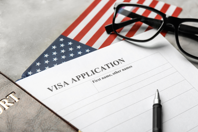 Американский флаг и виза для бизнес иммиграции в США
