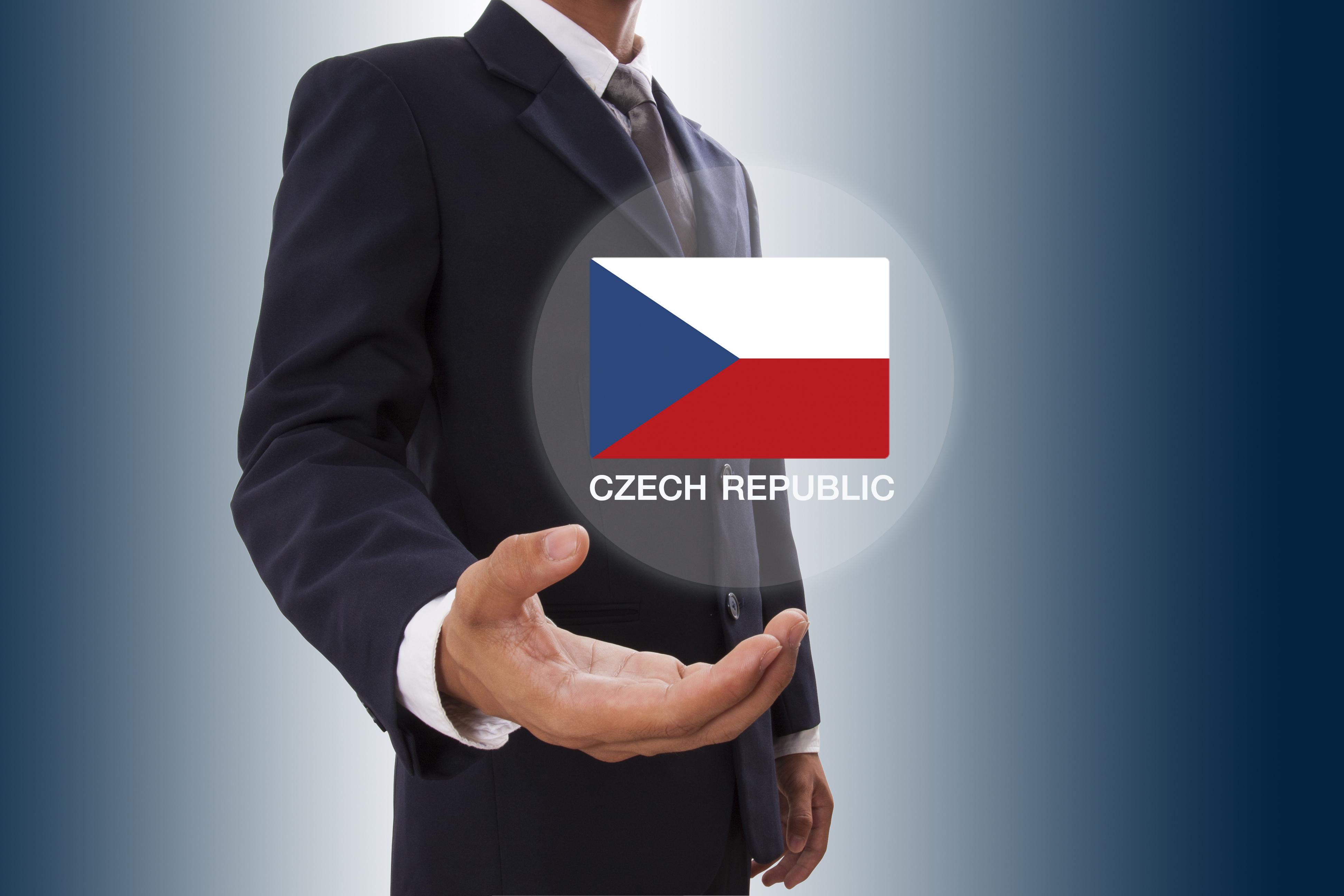 Мужчина и флаг Чехии, где высококвалифицированные специалисты могут оформить Голубую карту