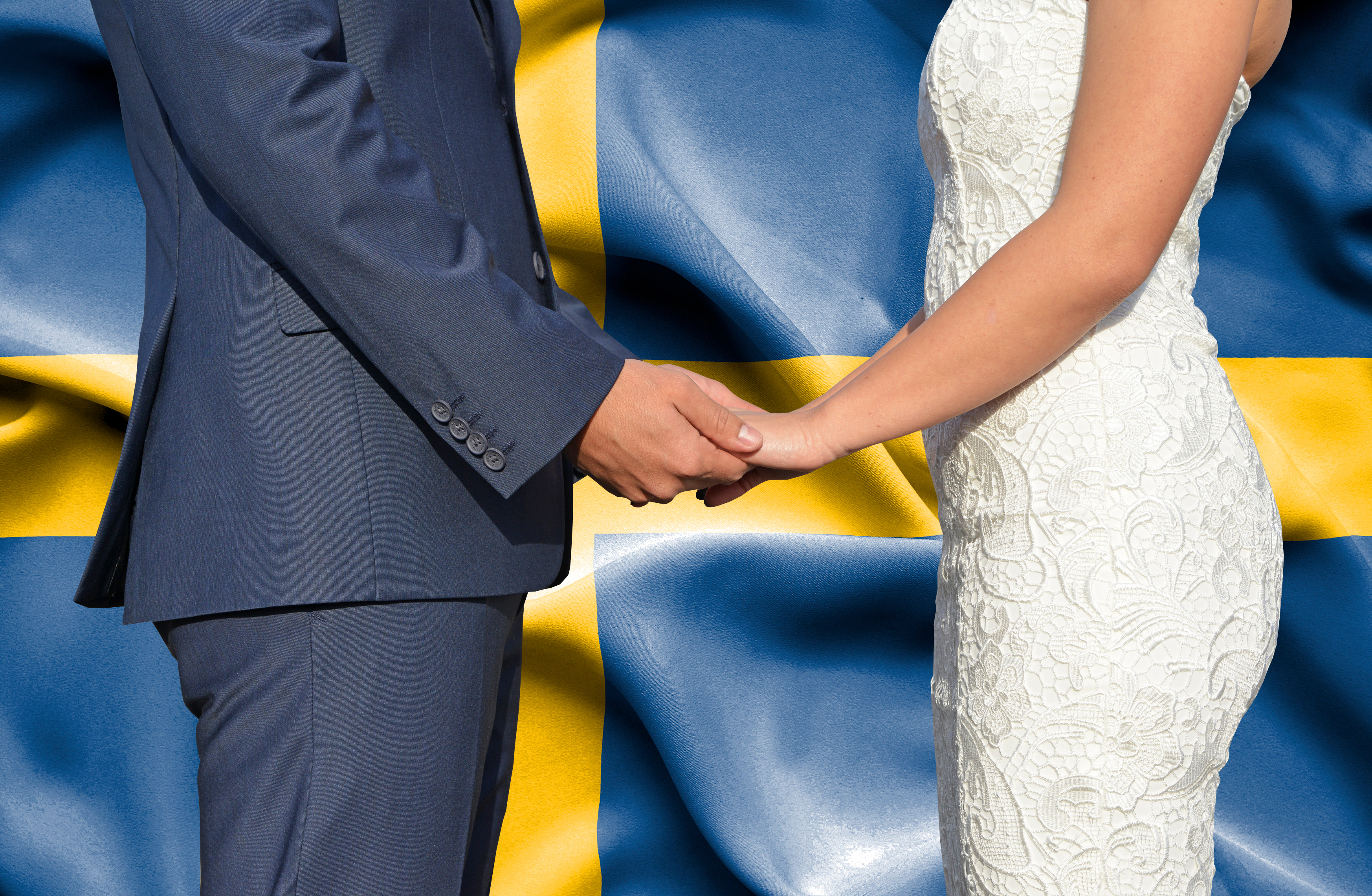 Молодожены на фоне флага Швеции, куда можно иммигрировать по браку