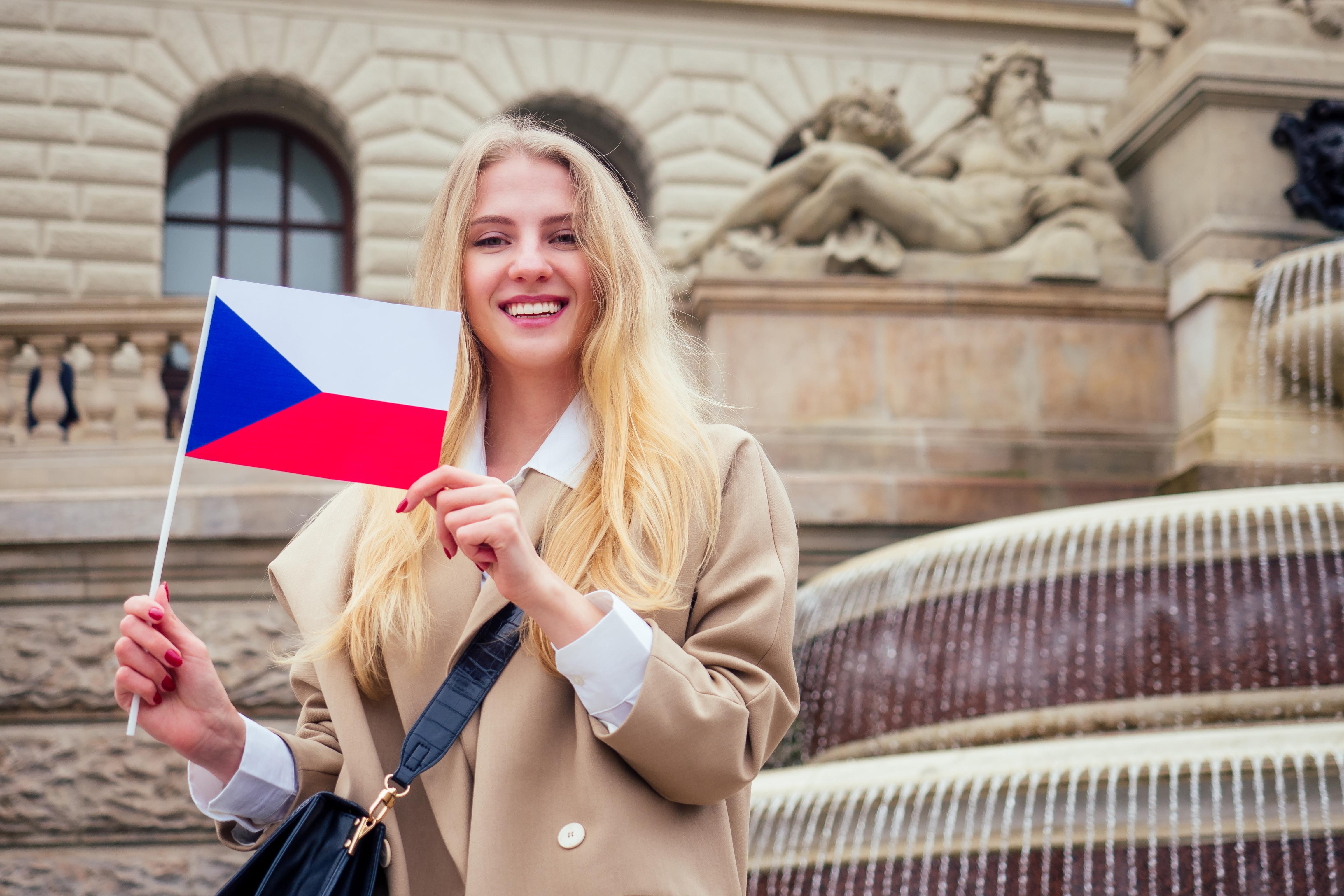 Девушка с флагом Чехии, где студенческую визу могут оформить иностранцы