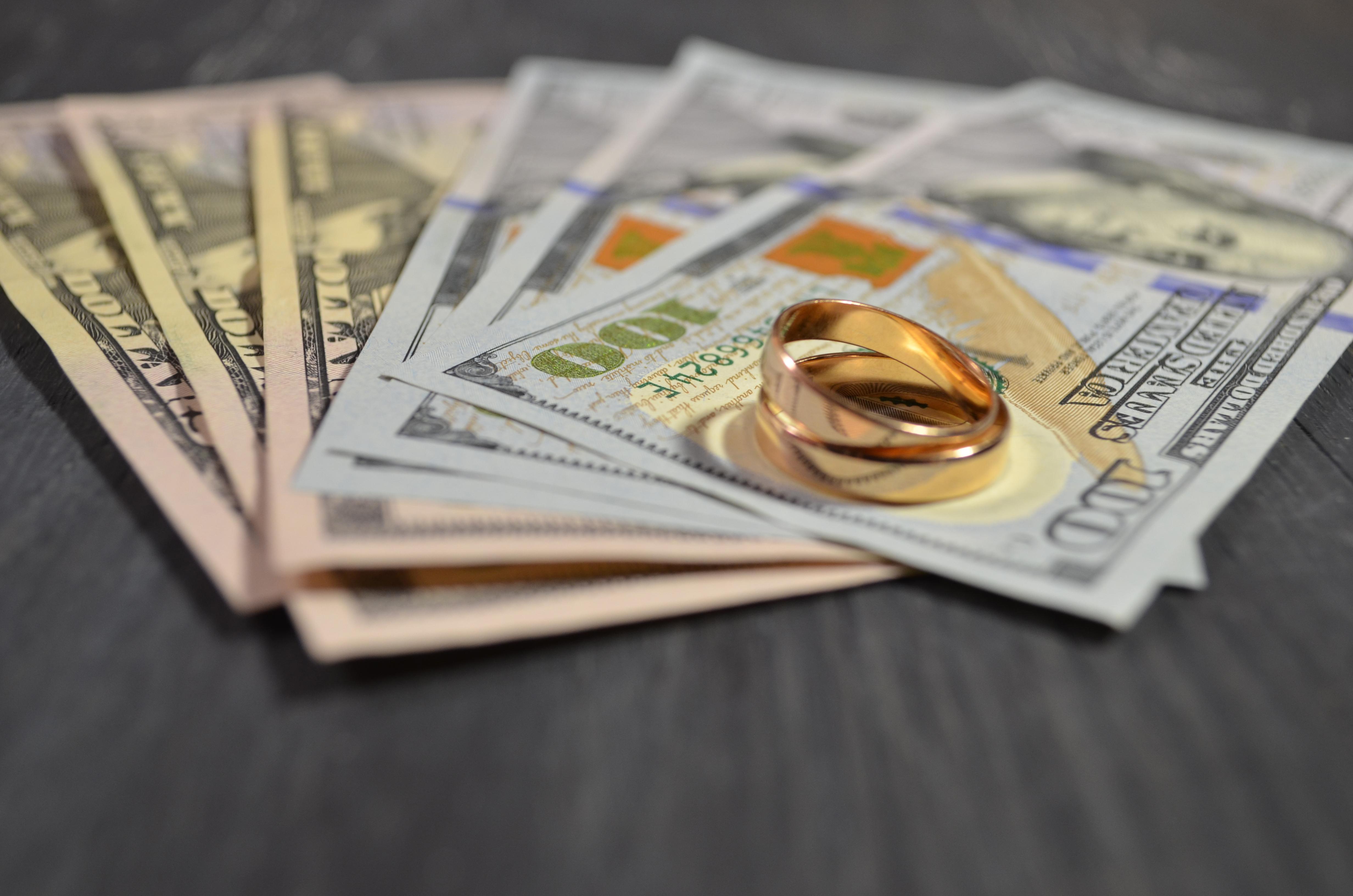 Обручальные кольца и деньги, за которые можно оформить фиктивный брак