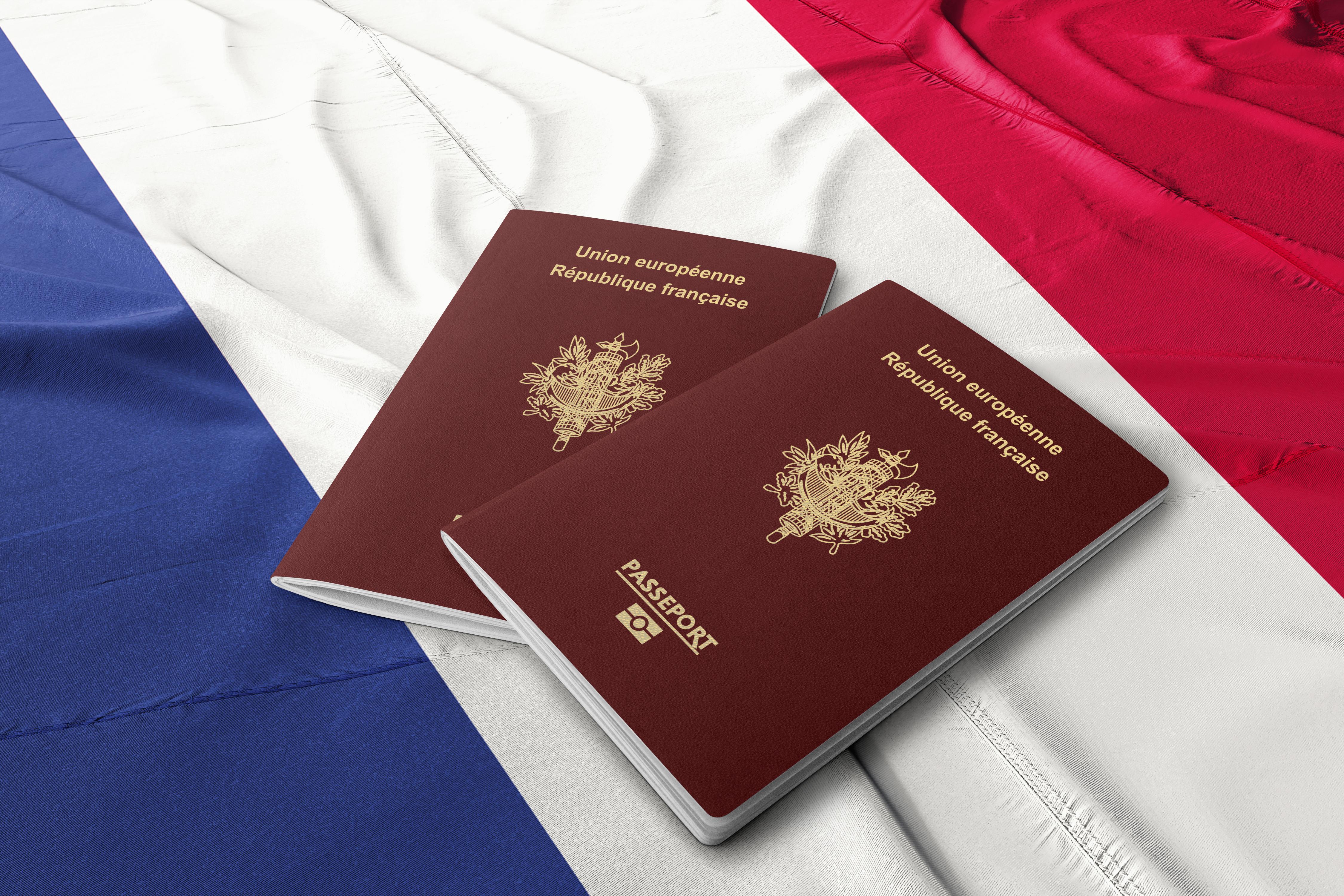 Флаг и паспорта Франции, гражданство которой могут получить иностранцы