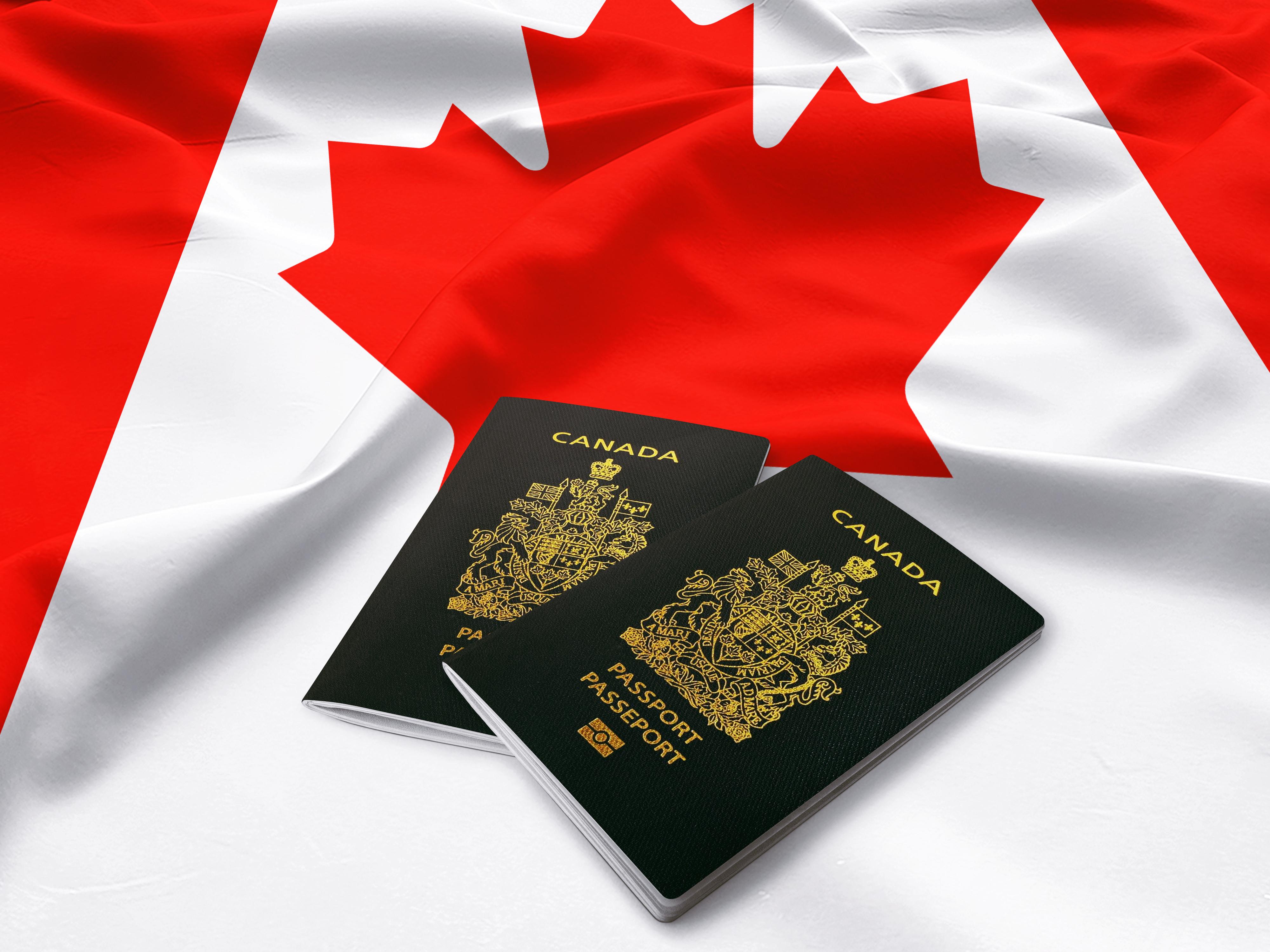 Флаг и канадские паспорта, которые могут получить россияне