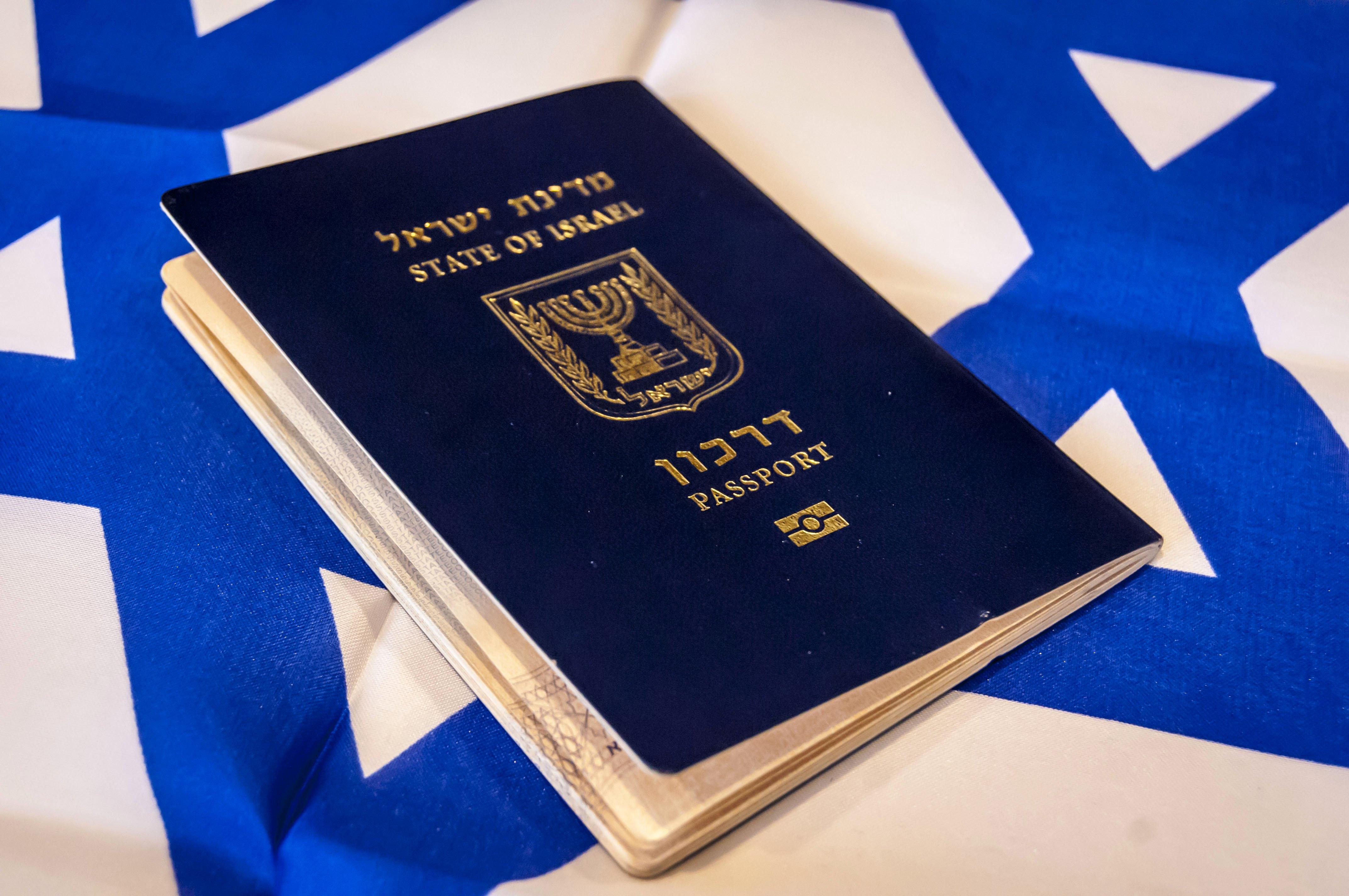 Флаг и паспорт Израиля, гражданство которого могут получить россияне