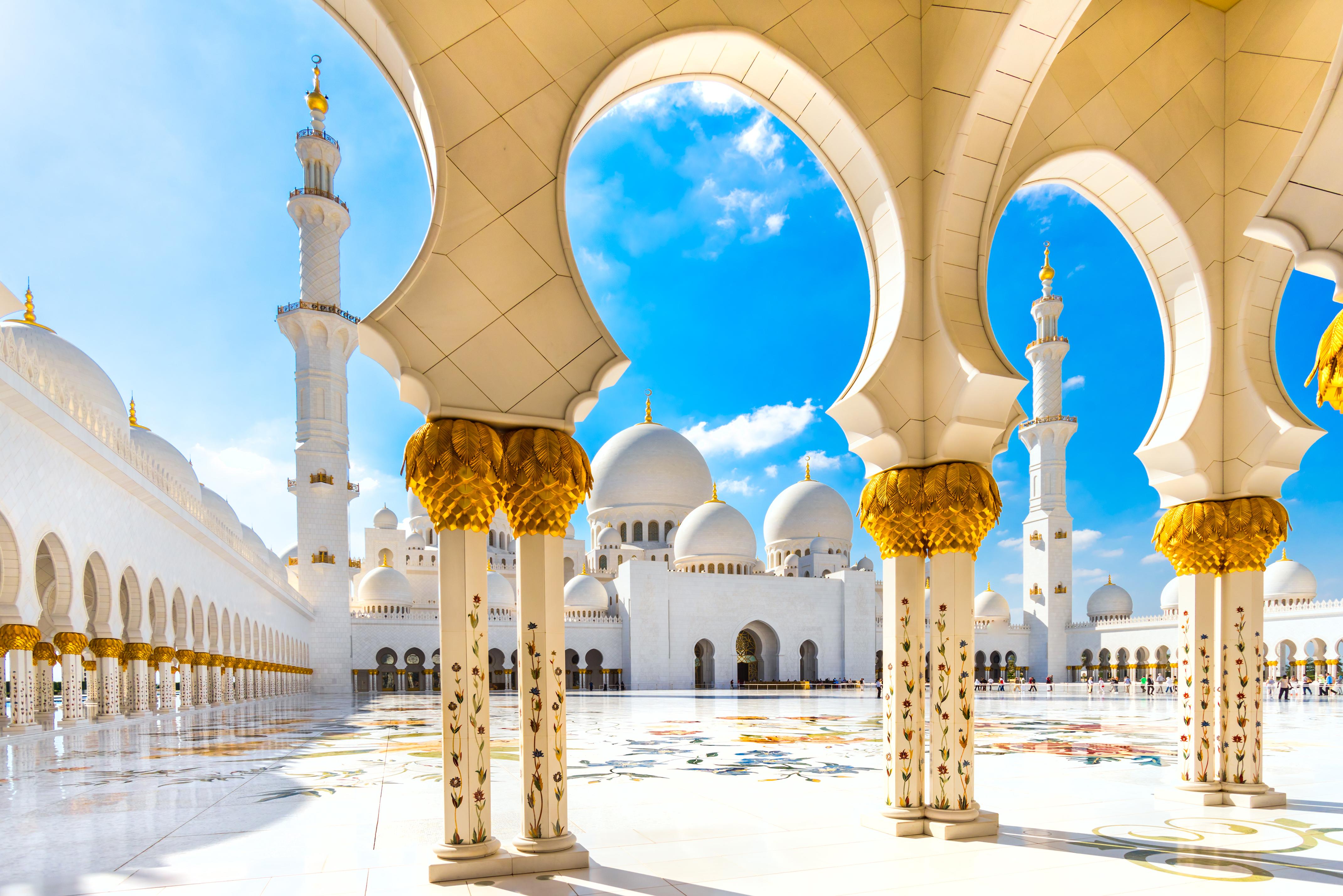 Мечеть Шейха Зайеда в Абу-Даби, столице ОАЭ, где ПМЖ могут получить россияне, украинцы и белорусы