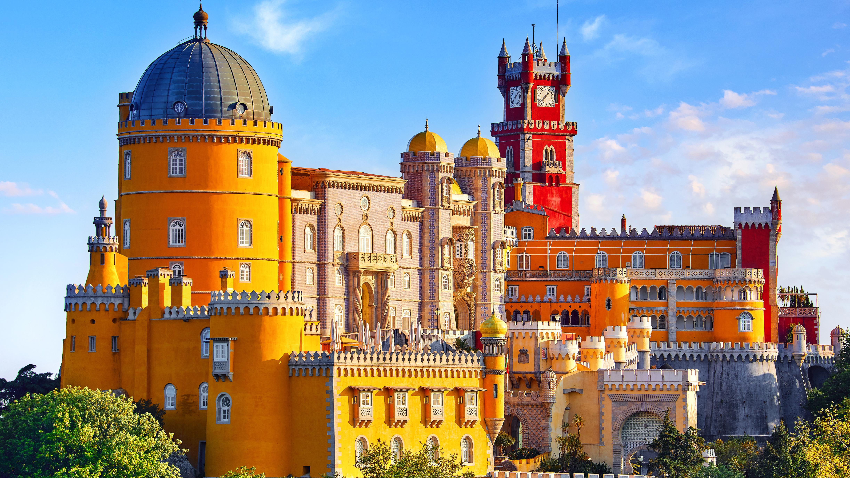 Дворец Пена в Португалии, стране, куда на ПМЖ можно переехать из России