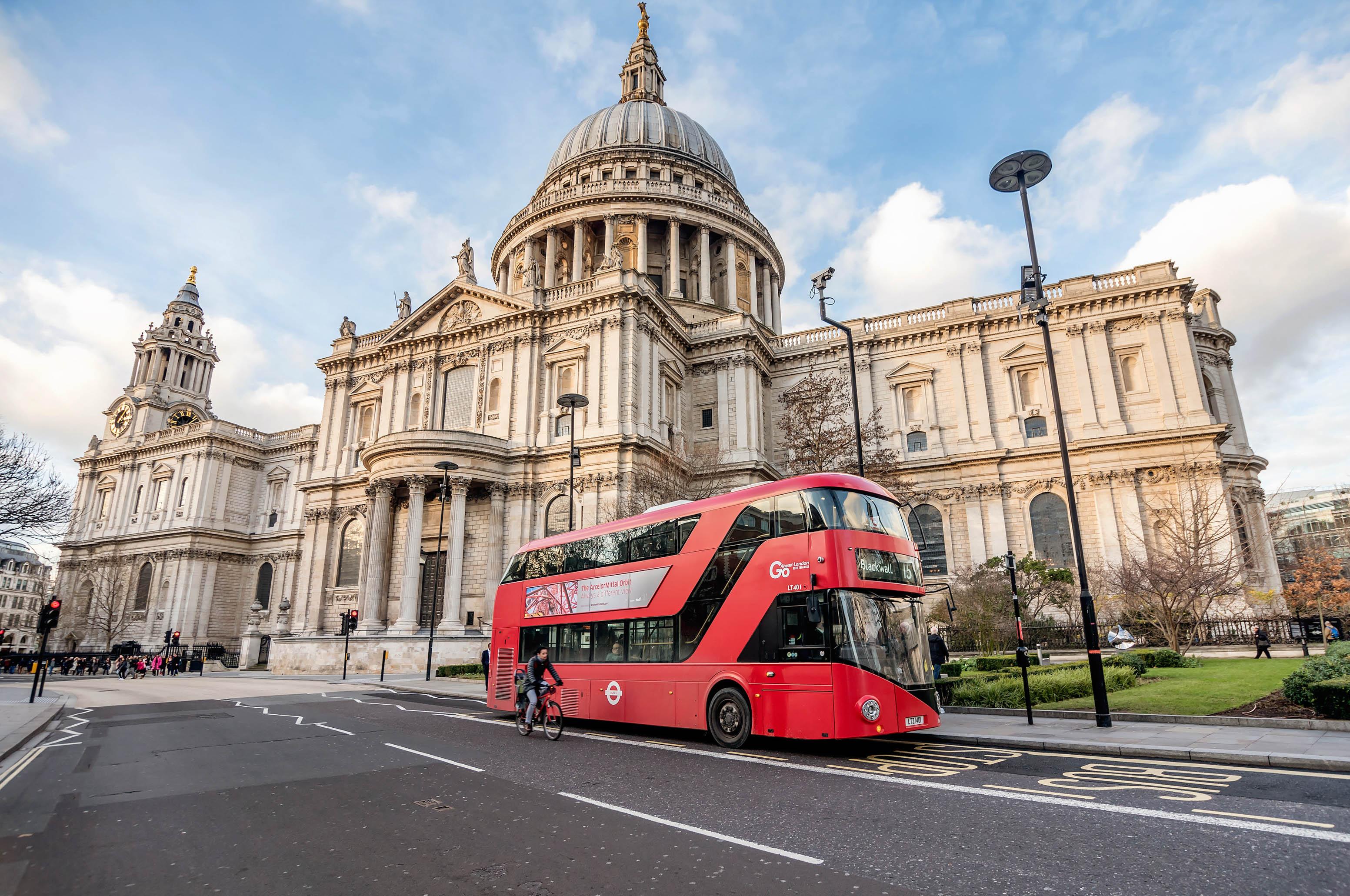 Красный автобус на улице Лондона, столицы Великобритании, ПМЖ которой могут получить россияне, украинцы и белорусы