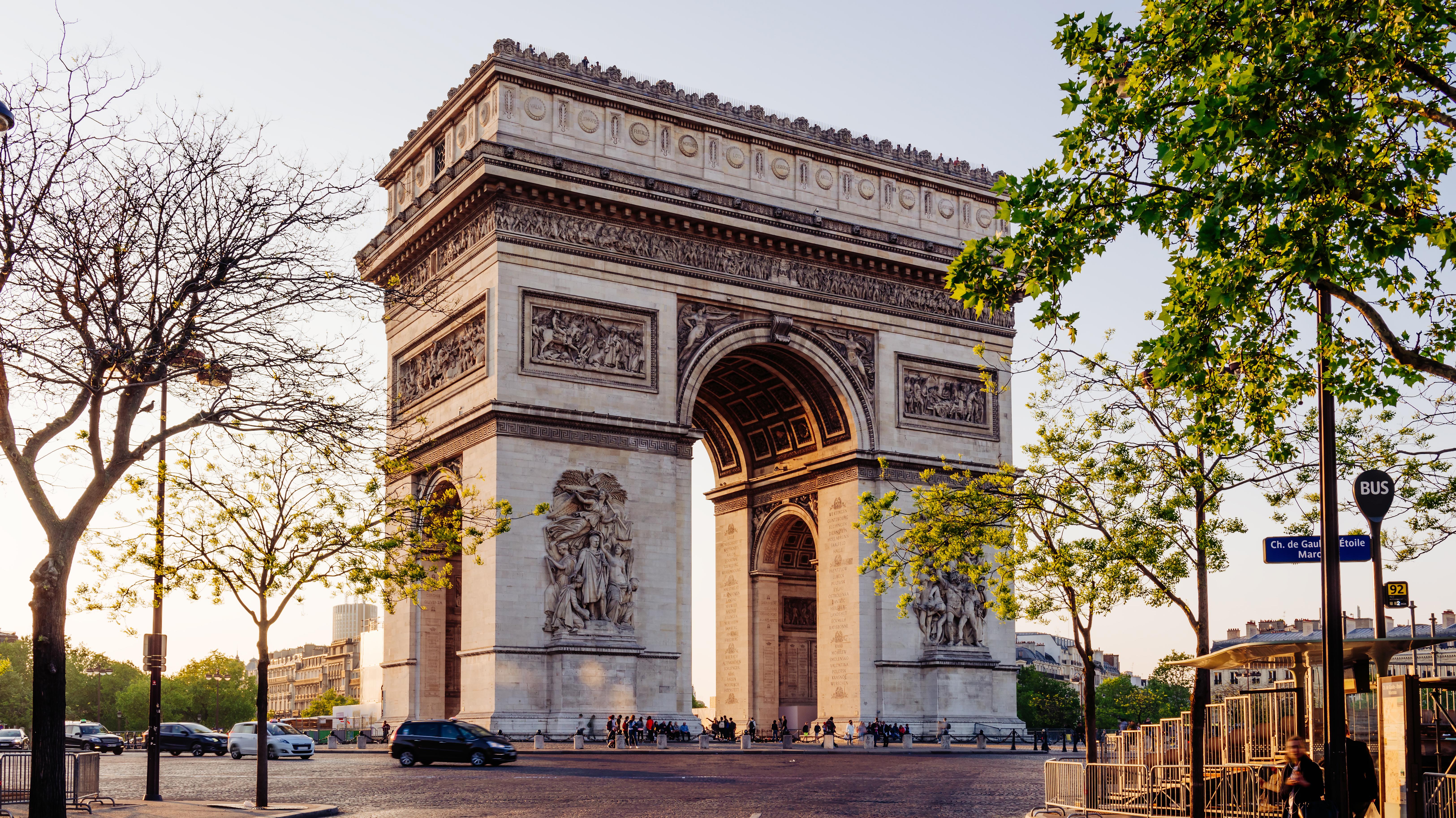 Триумфальная арка в Париже - столице Франции, куда на ПМЖ можно переехать из России