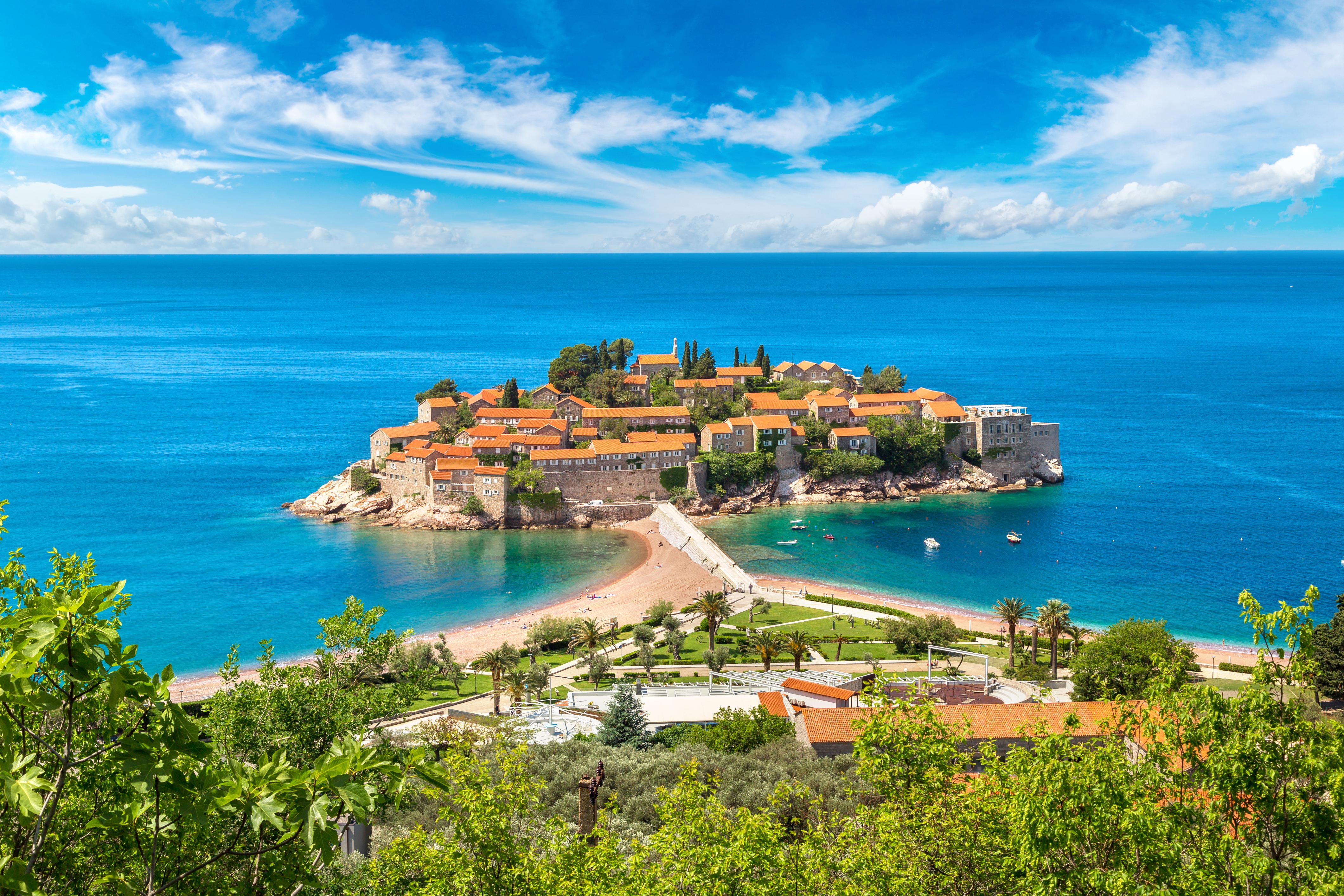 Остров Святого Стефана в Будве в Черногории, ВНЖ которой могут получить россияне, украинцы и белорусы