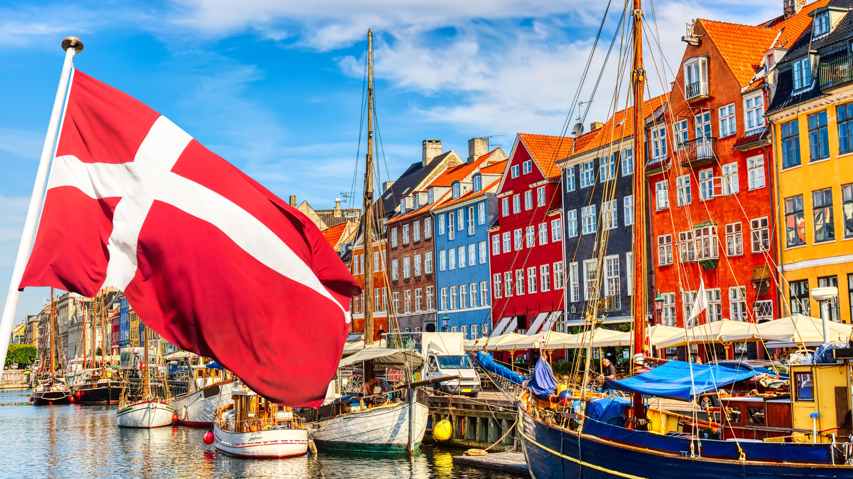 Разноцветные дома и флаг Дании, ВНЖ которой могут получить россияне, украинцы и белорусы