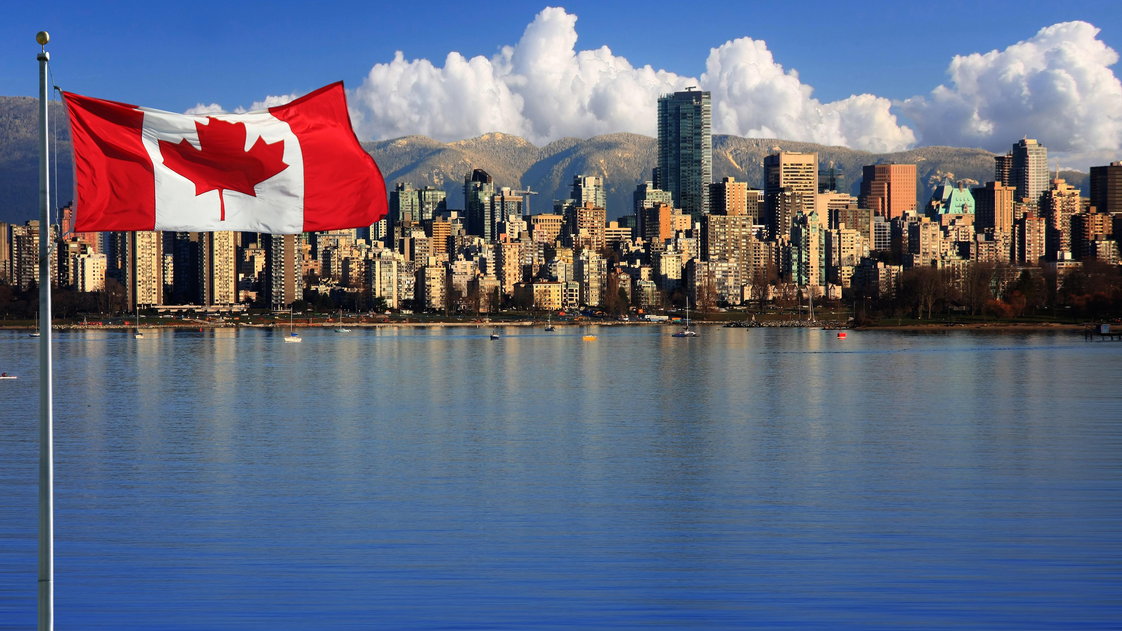 Флаг на фоне Ванкувера, города в Канаде, где россияне могут получить ВНЖ