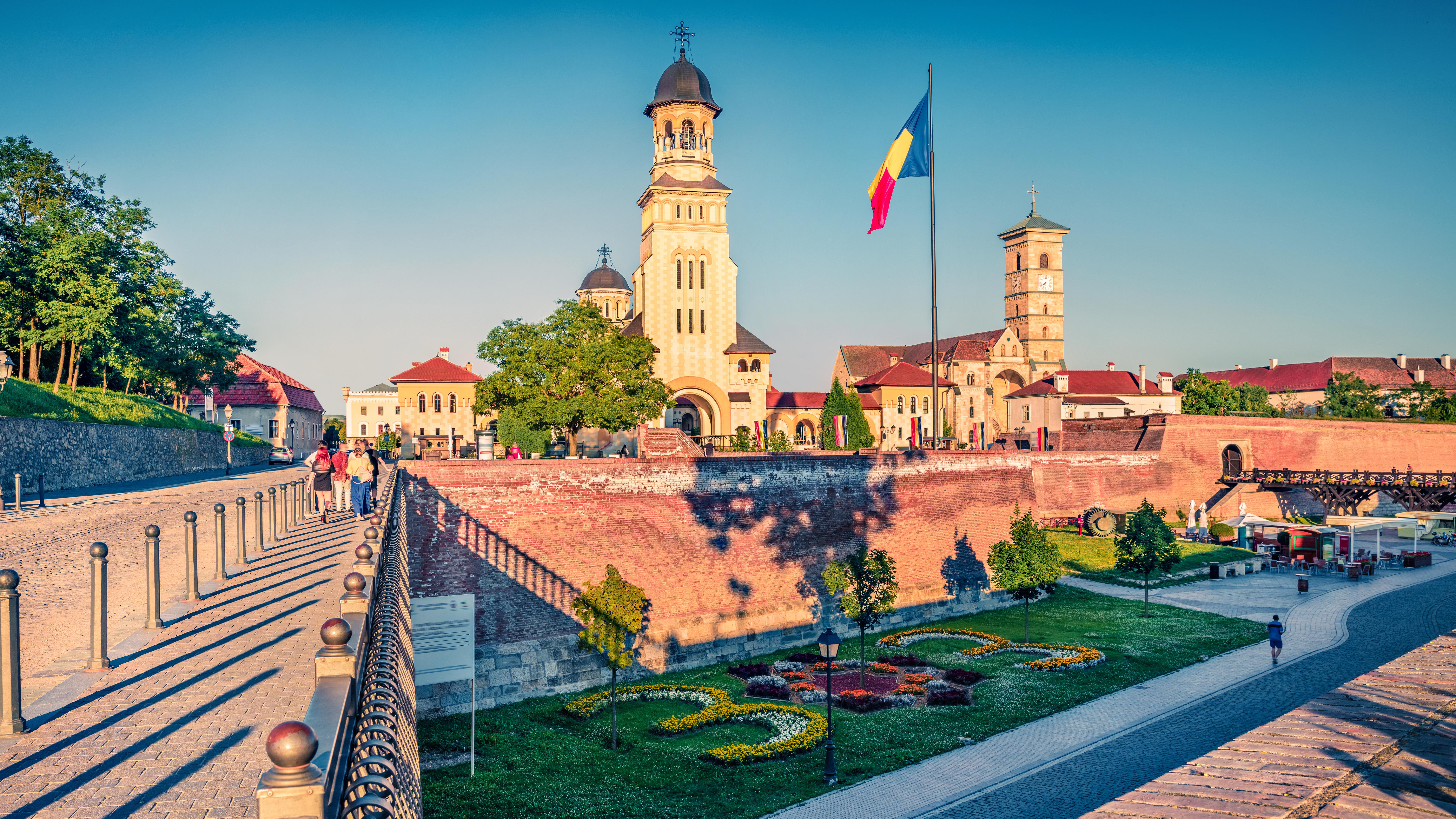 Флаг на фоне достопримечательностей в Румынии, где россияне могут получить ВНЖ
