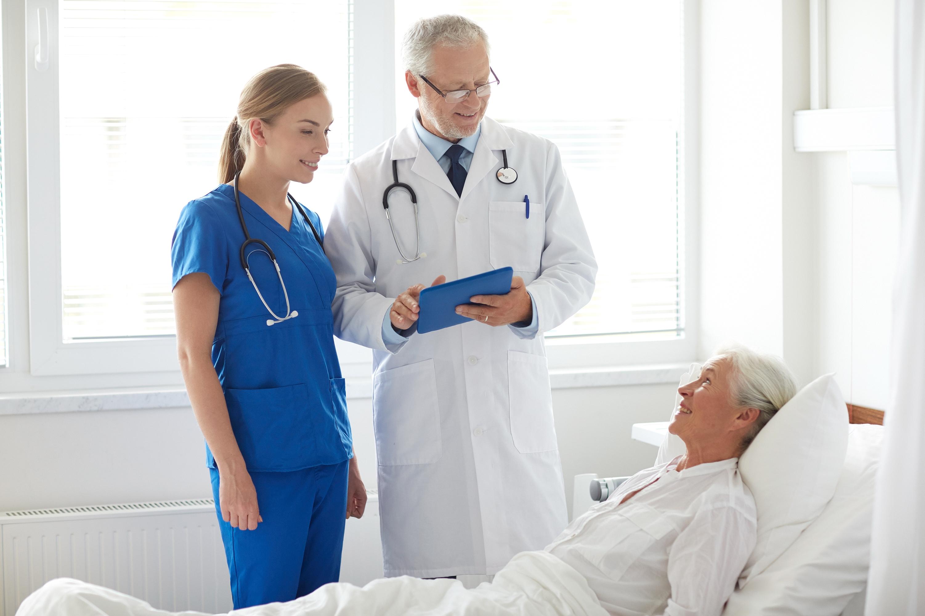 Врачи и пациентка в больнице в Италии, где можно получить ВНЖ для лечения