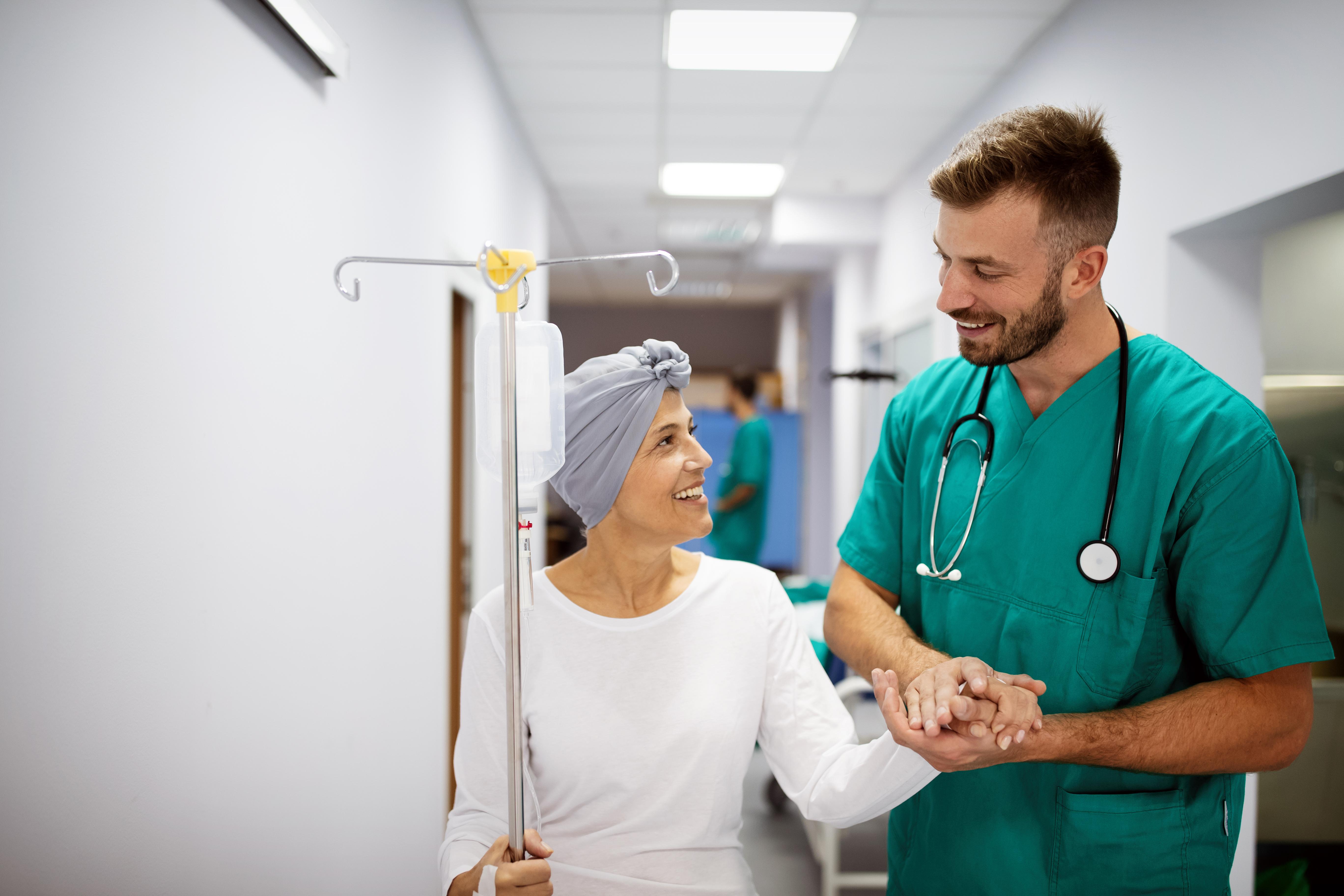Врач и пациентка в больнице в Литве, где можно получить ВНЖ для лечения