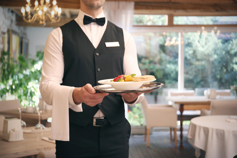Официант - одна из востребованных профессий во Франции