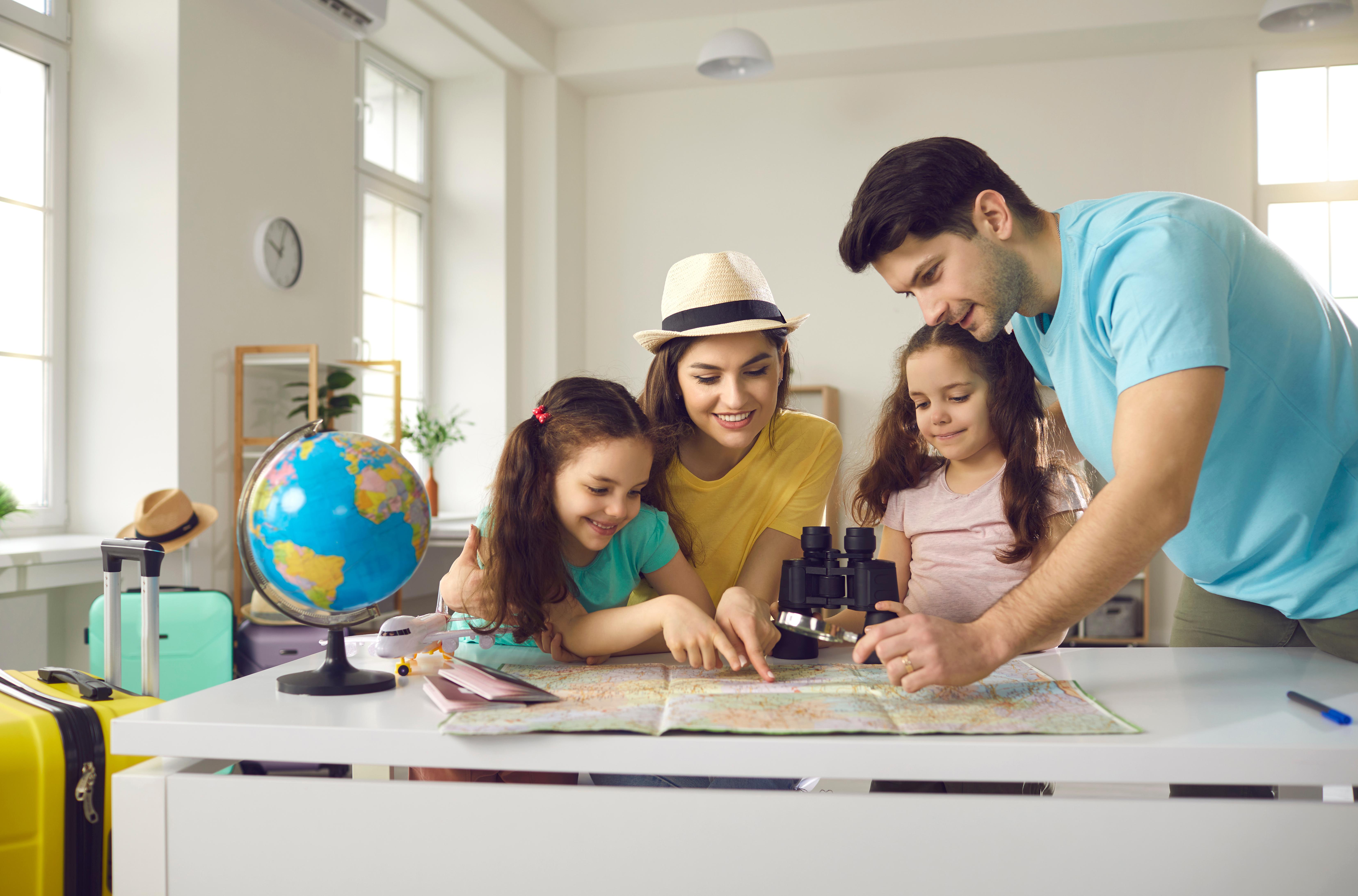 Семья смотрит на карту мира и решает, куда переехать на ПМЖ