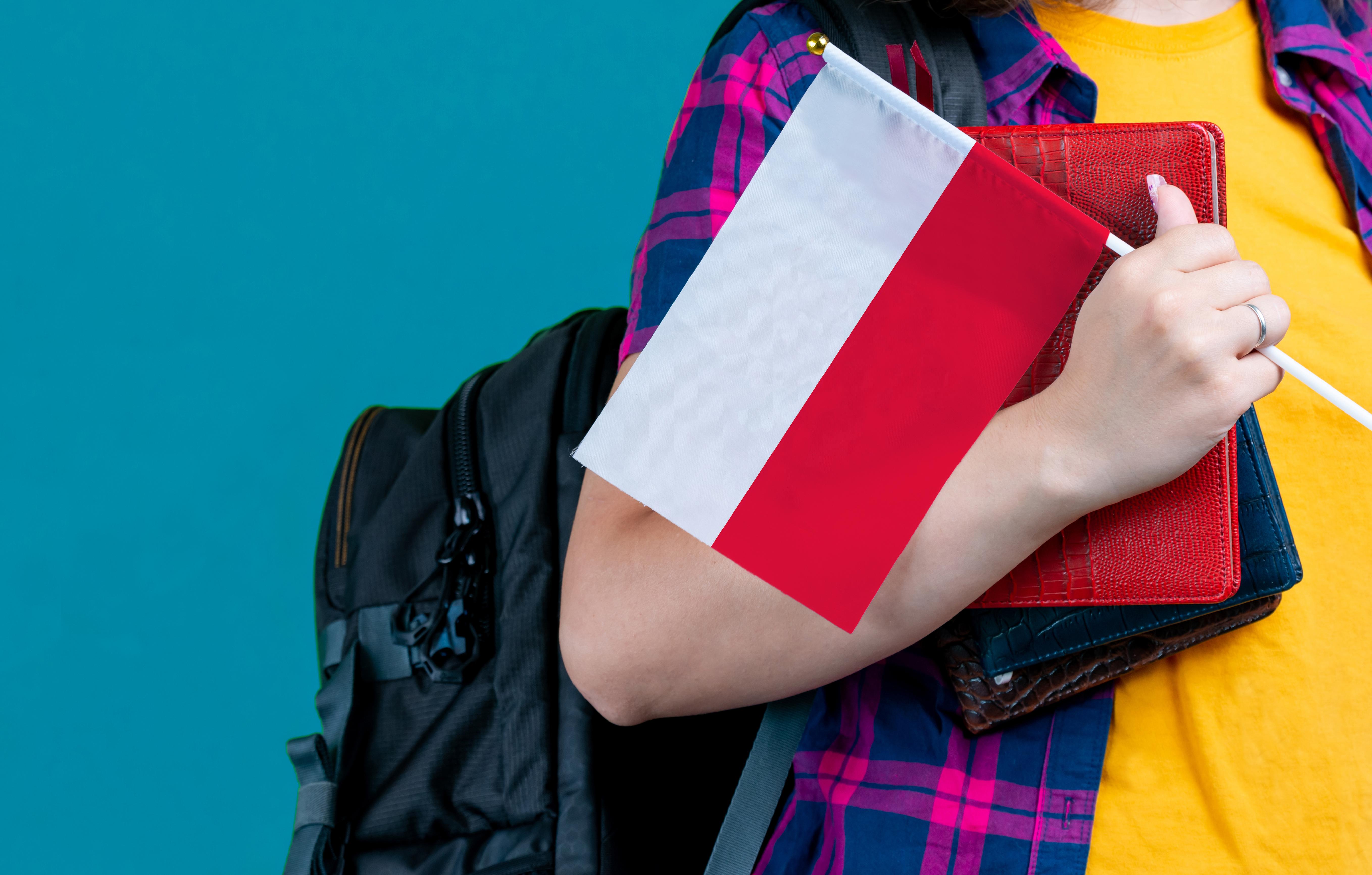 Студентка с флагом Польши, где можно оформить визу для обучения