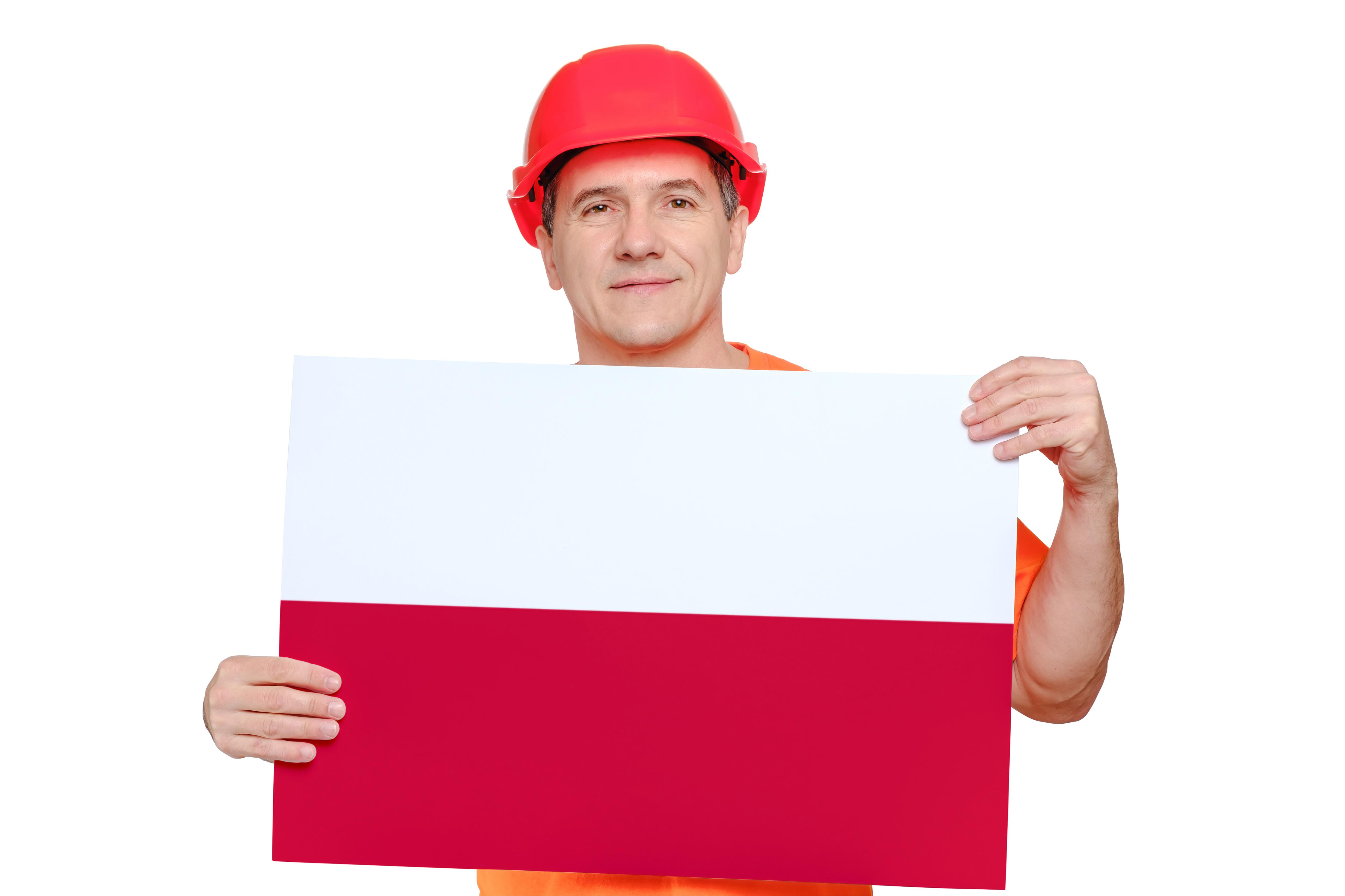 Мужчина держит флаг Польши, куда можно уехать на работу