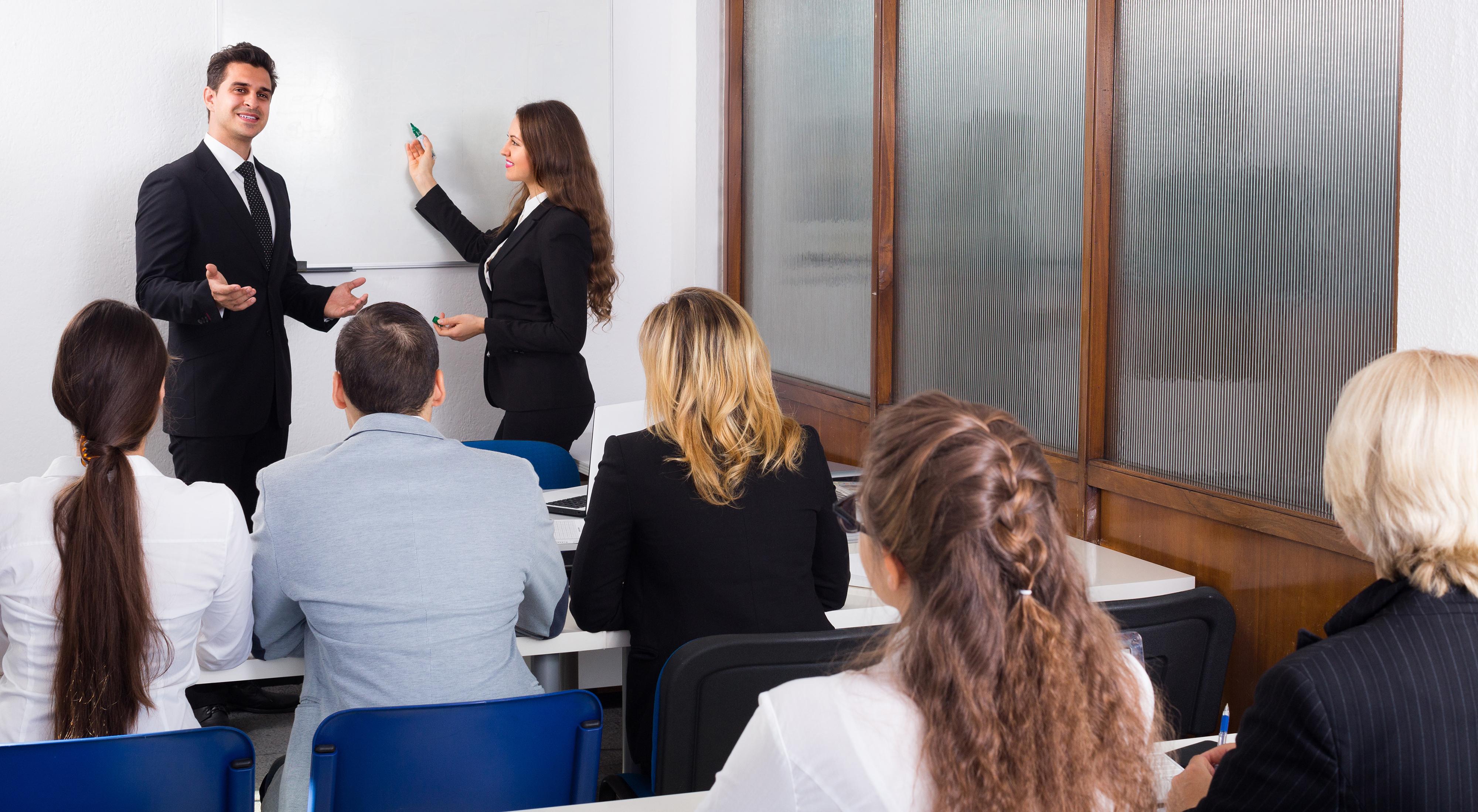 Студенты, которые обуются в международной бизнес-школе